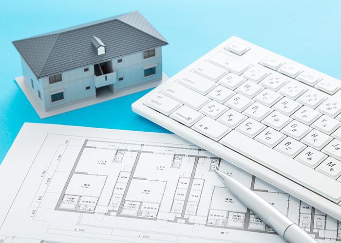 設計図とキーボードと家の模型